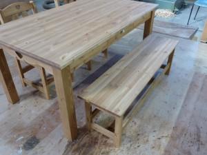 ハートのダイニングテーブルとハートのベンチ