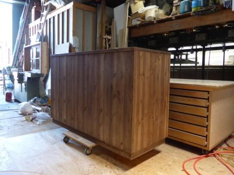 3枚引き違い戸の両面キッチンカウンター/背面