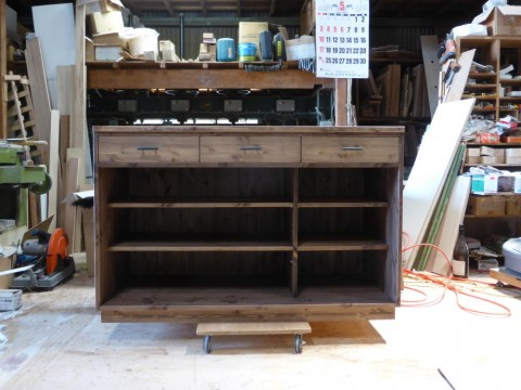 3枚引き違い戸の両面キッチンカウンター/内部仕切りの様子