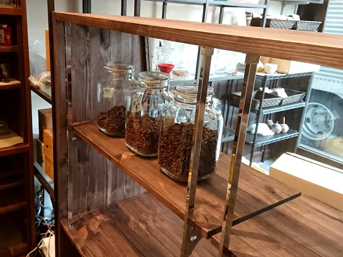 ガラスショーケースとコーヒー豆