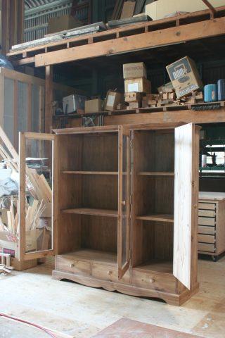 ガラス扉と木製扉の本棚(開時)