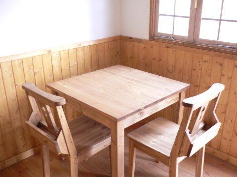 チャーチチェアと2人掛けダイニングテーブル