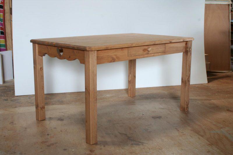 ハートのダイニングテーブル