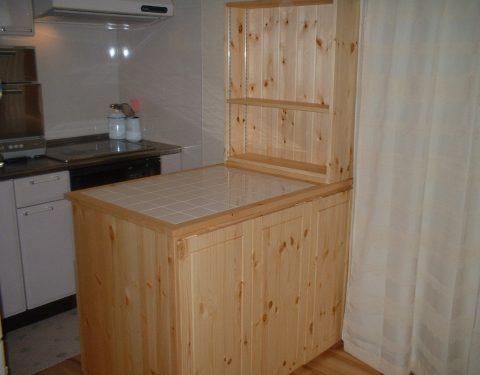 タイルトップの両面キッチンカウンター
